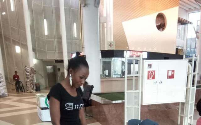 American Man Visiting Nigeria For The First Time, Proposes To His Girlfriend – Who He Is Meeting For The Time (Photos)